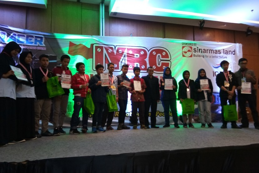 Para pemenang lomba robot tingkat nasional 2018.