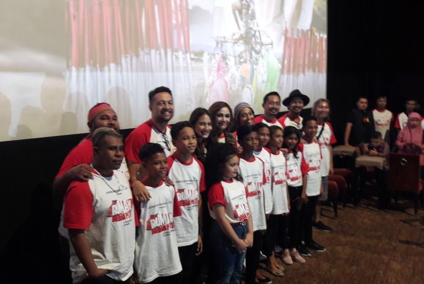 Para pemeran dan sosok balik layar film Rumah Merah Putih.