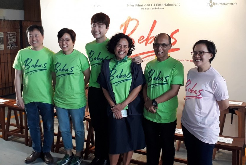 Para pemeran dan tim produksi film Bebas pada konferensi pers di Jakarta Selatan. Bebas merupakan karya adaptasi Miles Films dari sinema drama populer Korea Selatan berjudul Sunny.
