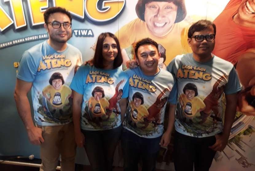 Para pemeran film Lagi-Lagi Ateng, Surya Saputra (ujung kiri), Unique Priscilla, Augie Fantinus, dan Soleh Solihun.