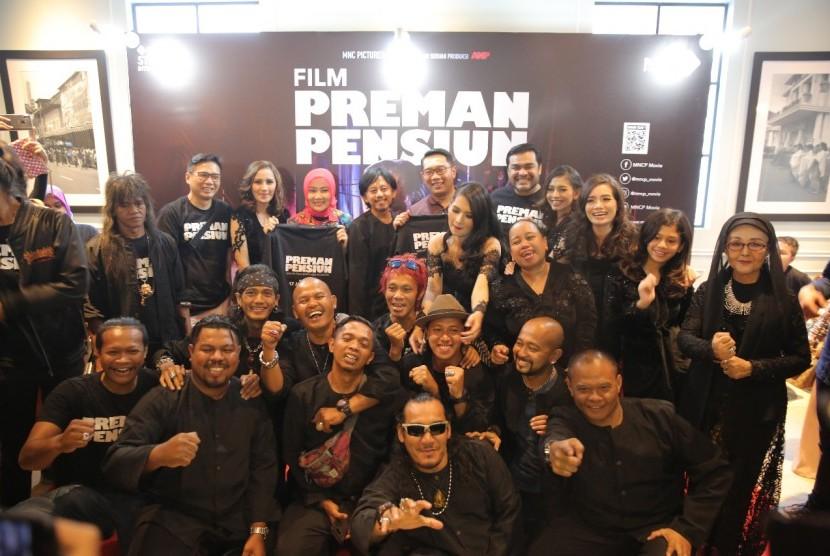 Para pemeran Film Preman Pensiun foto besama. Mereka hadirdi Gala Premiere Film Preman Pensiun di Cinema XXI Cihempelas Walk, Sabtu (12/1).