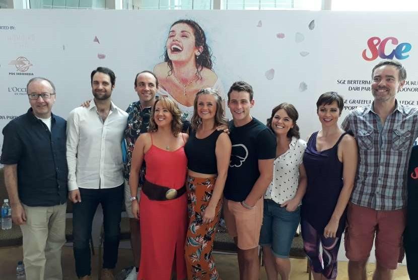 Para pemeran pertunjukan musikal Mamma Mia! saat konferensi pers di Taman Ismail Marzuki, Jakarta.