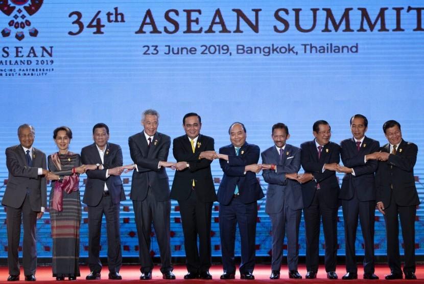 Para pemimpin negara ASEAN di KTT ASEAN di Bangkok, Thailand, Ahad (23/6). Dalam kesempatan ini PM Thailand Prayuth Chan-ocha menyampaikan ide tuan rumah bersama Piala Dunia 2034 untuk negara-negara ASEAN.