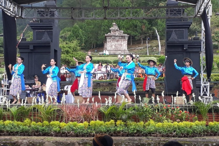 Para penari membawakan tarian Kopi Serasi pada acara pembukaan Festival Gedongsongo 2019 yang digelar di pelataran panggung terbuka Candi Gedongsongo, Kecamatan Bandungan, Kabupaten Semarang, Kamis (21/3).