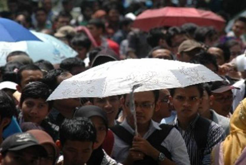 Para pencari kerja di bursa kerja (ilustrasi).