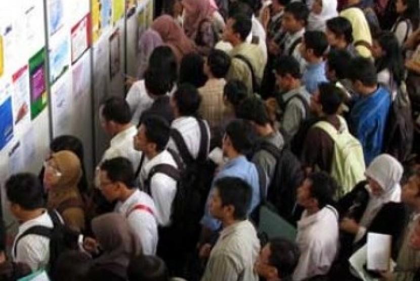 Para pencari kerja tengah mencoba peruntungan di bursa kerja (ilustrasi).