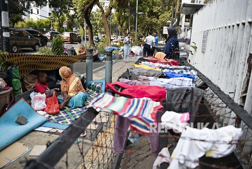 Para pencari suaka beraktivitas di trotoar depan Menara Ravindo, Jalan Kebon Sirih, Jakarta, Rabu (3/7/2019).