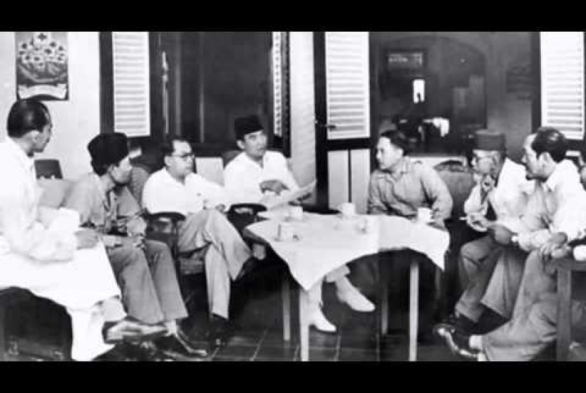 Para pendiri bangsa tengah berapat. Terlihat ada Hatta yang kilmis dan ada juga Agus Salim dan Ahmad SUbarjo yang bejenggot.