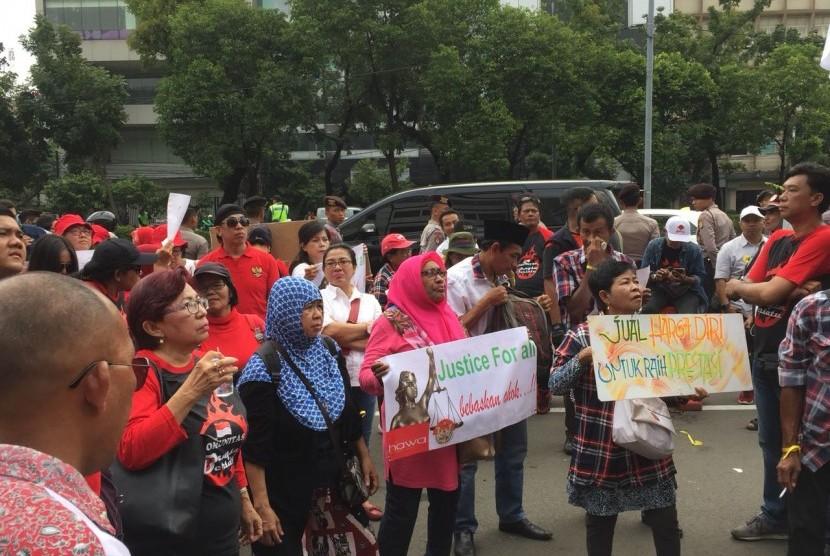 Para pendukung mantan Gubernur DKI Jakarta, Basuki Tjahaja Purnama alias Ahok di depan Pengadilan Negeri Jakarta Pusat, Senin (26/2).