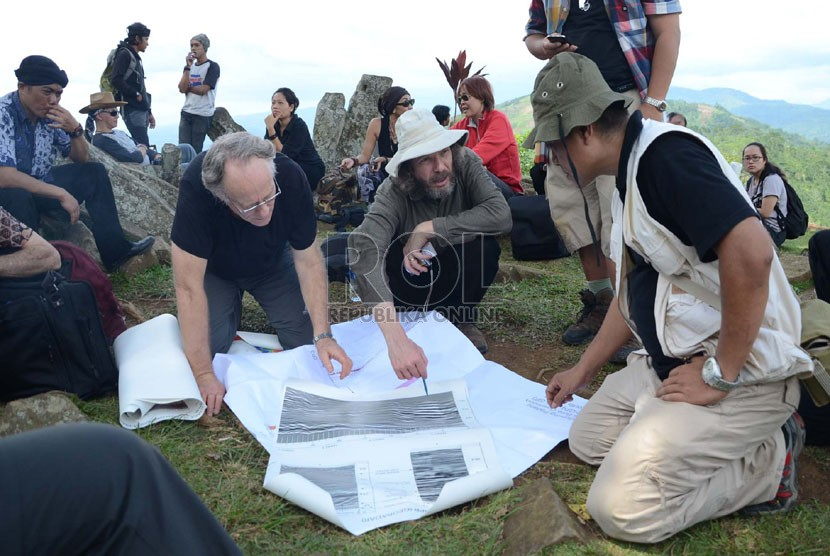 Para peneliti asing berdiskusi membahas hasil penelitian tentang Situs Gunung Padang di Gunung Padang, daerah Cianjur, Kamis (5/12).  (Republika/Edi Yusuf)