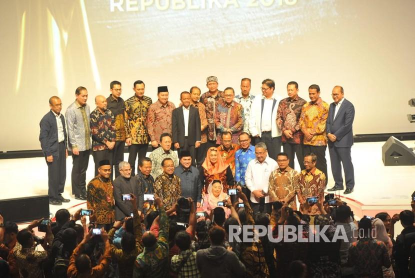 Para penerima anugerah Tokoh Perubahan Republika 2018 bersama tamu undangan berfoto bersama saat acara malam Anugerah Tokoh Perubahan 2018 di Jakarta, Rabu (24/4) malam.