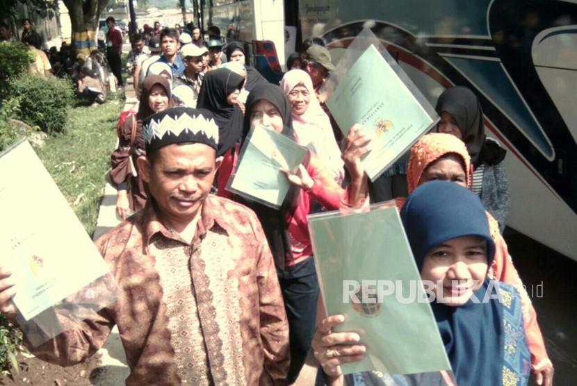 Para penerima sertifikat pada acara pembagian 10000 sertifikat tanah di Pemkab Bandung, Soreang, Kabupaten Bandung, Senin (4/12).