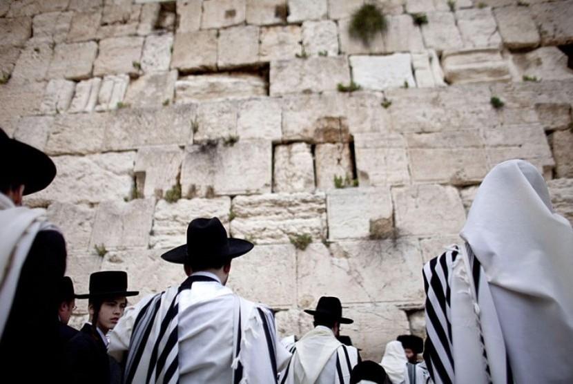 Islam tidak mengajarkan kebencian terhadap Yahudi secara membabi-buta. Para penganut Yahudi di Tembok Ratapan (ilustrasi)