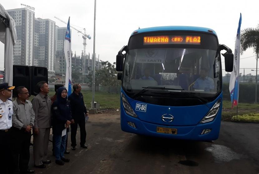 Para pengguna kendaraan pribadi diharapkan beralih menggunakan layanan angkutan massal premium