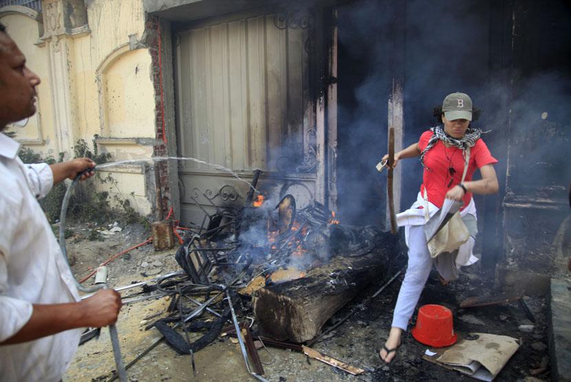 Para pengunjuk rasa menyerang dan menjarah markas Ikhwanul Muslimin di distrik Muqatam di Kairo.       (AP/Khalil Hamra)