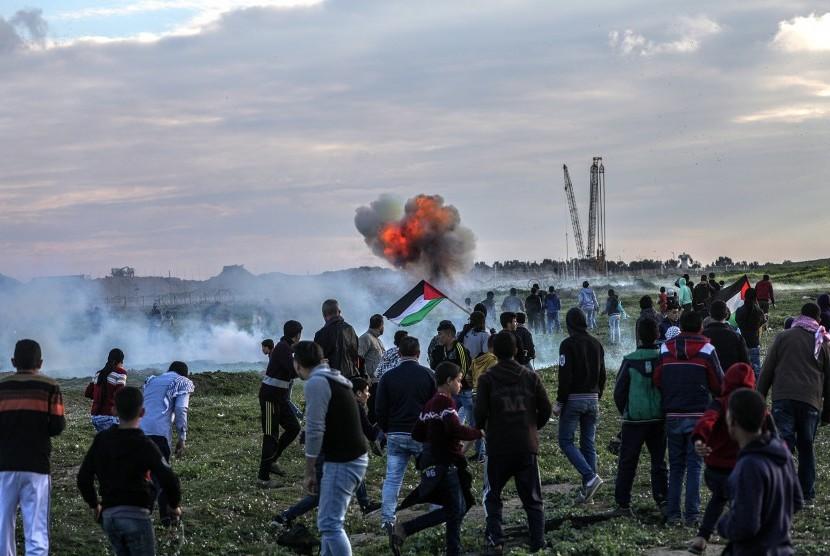 Para pengunjuk rasa Palestina di dekat perbatasan antara Israel dan Jalur Gaza, bagian timur Gaza, Jumat (22/02/2019).