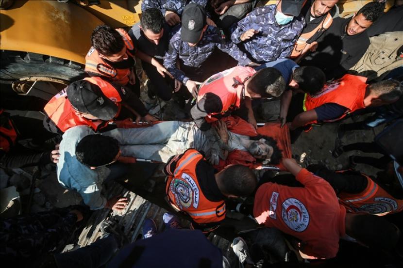 Para penyelamat mengevakuasi warga sipil korban serangan udara Israel di kawasan al-Rimal, Kota Gaza, Gaza pada 16 Mei 2021.