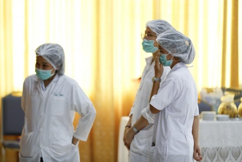 Para perawat di Rumah Sakit Chiang Rai Prachanukraw menonton konferensi pers penyelamatan tim sepak bola junior Thailand, Selasa (10/7). Delapan anak berhasil diselamatkan dan telah dievakuasi ke rumah sakit tersebut.