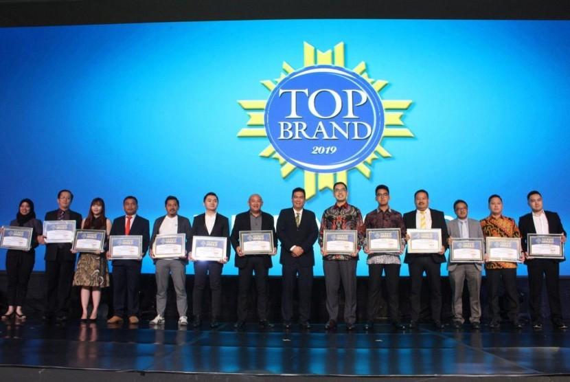 Para perwakilan perusahaan-perusahaan anak bangsa ketika meraih Top Brands 2019.