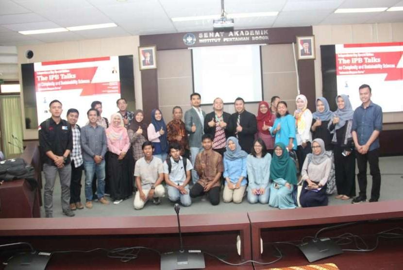 "Para peserta berfoto bersama dengan pembicara The IPB Talks on Complexity and Sustainability Sciences ""Indonesia Diaspora Series""."