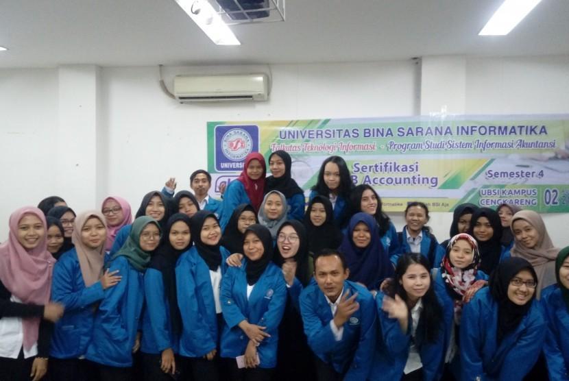 Para peserta berfoto bersama  setelah menyelesaikan ujiian sertifikasi Myob Accounting.