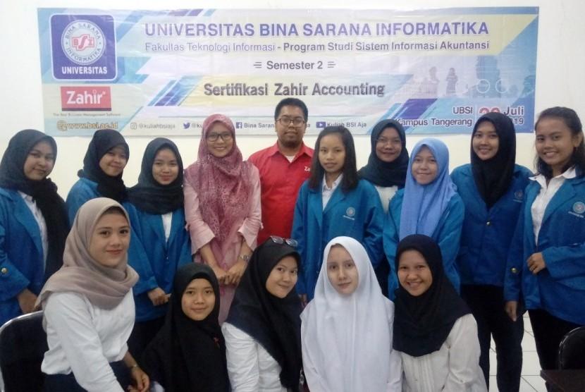 Para peserta berfoto bersama usai pelaksanaan sertifikasi Zahir Accounting di UBSI Kampus Cimone.
