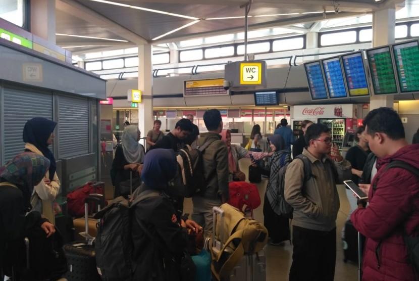 Para peserta program 'Life of Muslims in Germany Study Program 2018' beberapa saat setelah tiba di Berlin Tegel Airport, Jerman, Ahad (8/7).