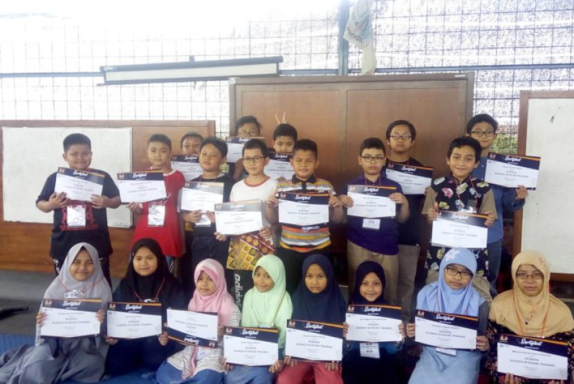 Para peserta Science In House Training (SIHT) yang digelar Klinik Pendidikan MIPA.