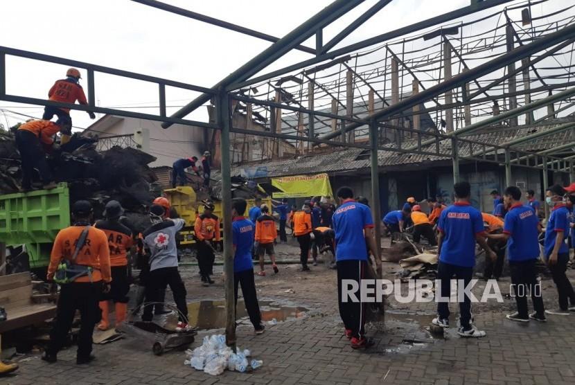 Para relawan bekerja bakti membersihkan Pasar Legi, Solo, Ahad (11/11). Merek membersihkan puing-puing bangunan pasar yang terbakar sekitar dua pekan lalu tersebut.