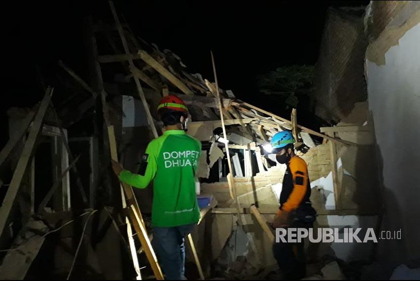Para relawan TMC DD  mendata dan menyisir para warga yang terdampak gempa di Desa Majangtengah, Kecamatan Dampit, Kabupaten Malang, hingga malam ini  tidak ada korban Jiwa atas bencana tersebut.