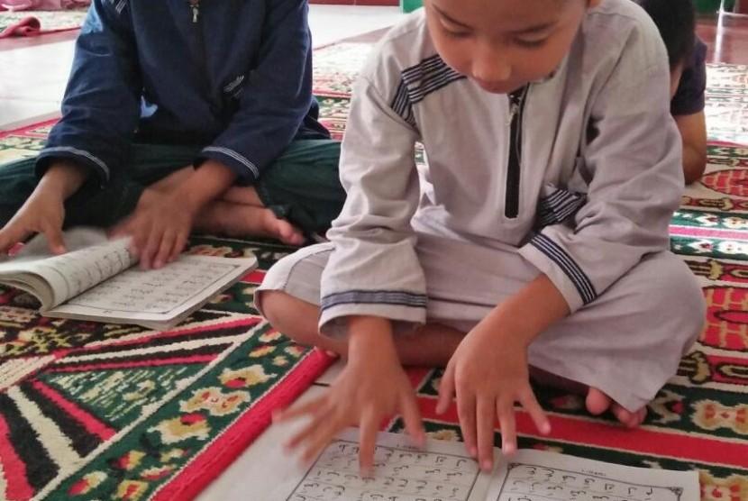 Para santri Binaan Rumah Zakat hadir mengaji bersama Fasilitatornya di masjid Al-Hidayah, Desa Tarongko, Tana Toraja, Sulawesi Selatan.