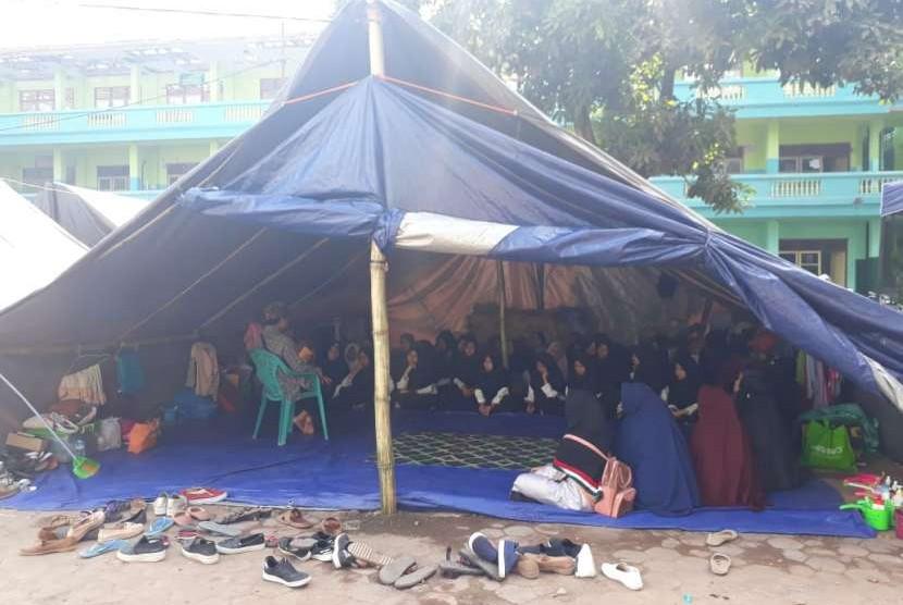 Para santri di Ponpes Al Aziziyah di Dusun Kapek, Desa Gunungsari, Kecamatan Gunungsari, Kabupaten Lombok Barat, NTB, tinggal dan belajar di tenda darurat, Senin (10/9).