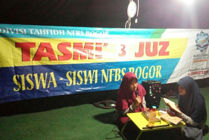 Para santri SMAIT Nurul Fikri Boarding School Bogor melaksanakan tasmi' tiga juz.