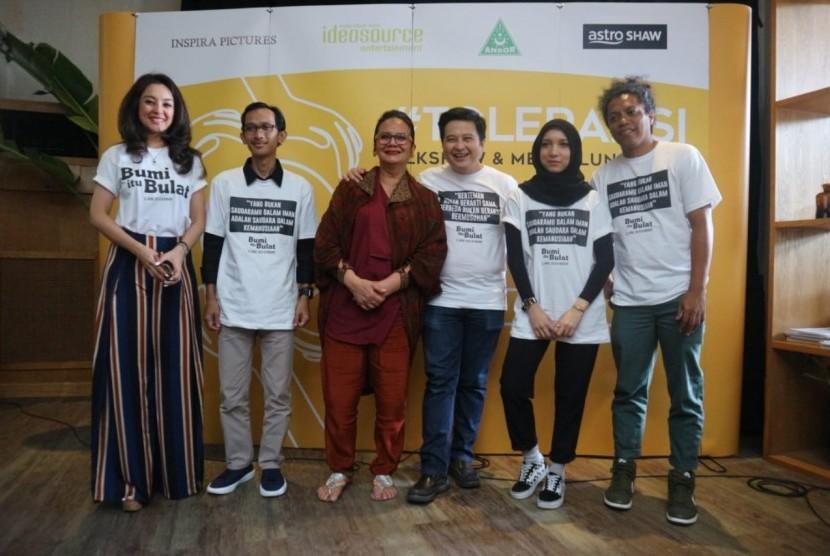Para sineas dan inisiator film Bumi itu Bulat pada saat talkshow dan jumpa pers di wilayah Kemang, Jakarta Selatan, Senin (11/3).