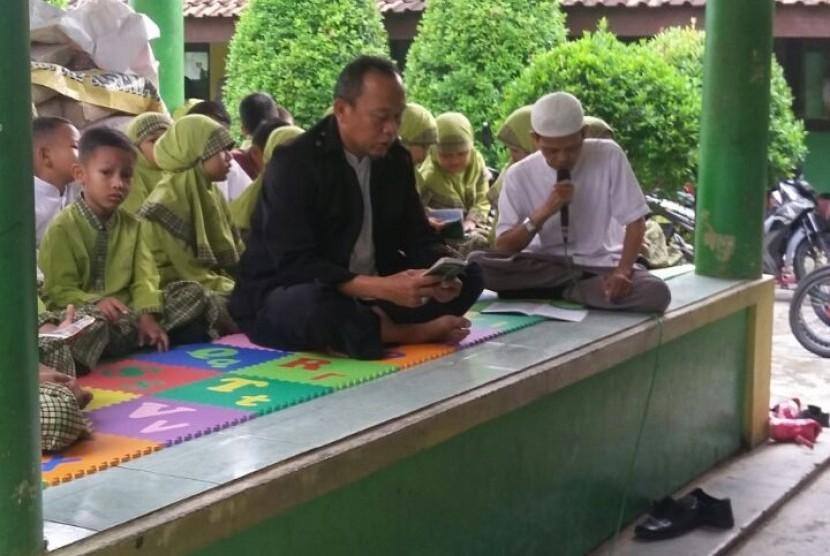 Para siswa dan guru Madrasah Ibtidaiyah (MI) Al-Hidayah Rawadenok, Depok, Jawa Barat membaca Ratib Al-Hadad setiap Jumat pagi.