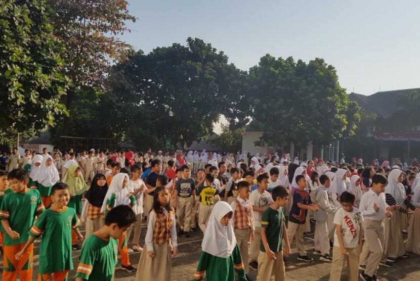 Para siswa, guru dan pengurus PABBI SD Bosowa Bina Insani melaksanakan senam bersama.