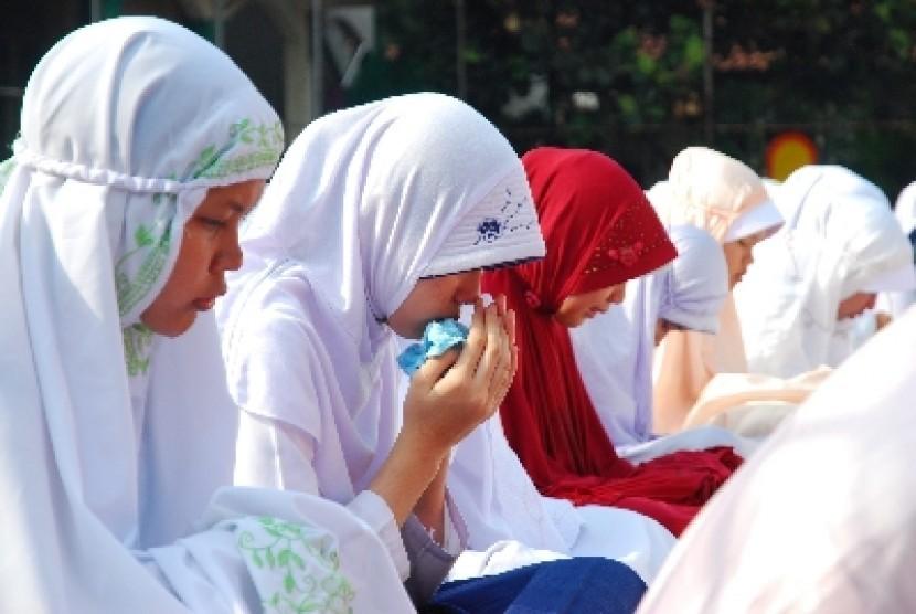 Para siswa kelas 9 melakukan doa bersama di SMPN 2 Cibinong,Kabupaten Bogor, Jawa Barat. Kamis (19/4). Doa dilakukan dalam rangka menghadapi Ujian Nasional (UN) yang akan berlangsung secara serentak di seluruh Indonesia pada tanggal 23-26 April 2012.