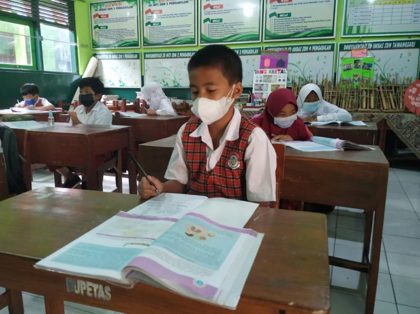Para siswa kelas V SDN 2 Pengadilan, Kecamatan Tawang, Kota Tasikmalaya, terlihat antusias melaksanakan PTM, Rabu (18/8). PTM di sekolah itu dilaksanakan sejak Senin (16/8).