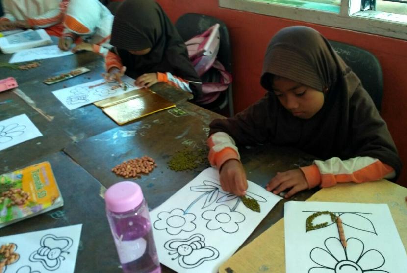 Para siswa SD Juara Pekanbaru membuat kolase.