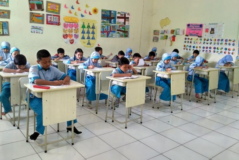 Para siswa SD  Prestasi Global mengikuti kegiatan Penilaian Akhir Tahun (PAT) semester 2.