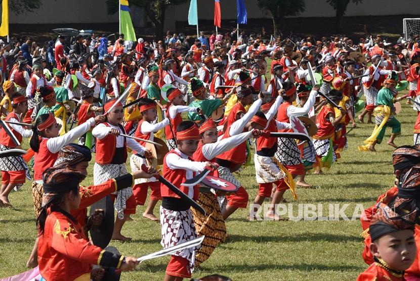 Para siswa SD se- Kabupaten Semarang menari Prajuritan dalam puncak peringatan Hardiknas, di stadion Wujil, kompleks GOR Pandanaran, Kabupatrn Semarang, Rabu (2/5).