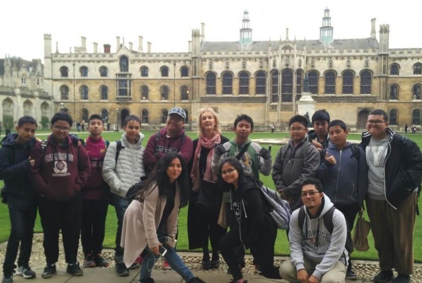 Para siswa Sekolah Bosowa  peserta homestay berfoto di depan salah satu kampus ternama di Cambridge, Inggris.