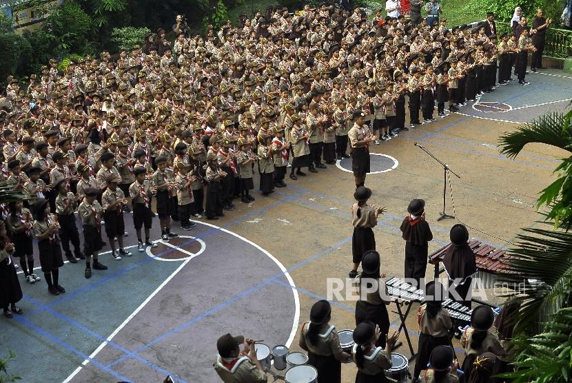 Para siswa-siswi SD saat mengikuti upacara bendera di Sekolah SDN 13 Grogol Selatan, Jakarta, Senin (14/8).
