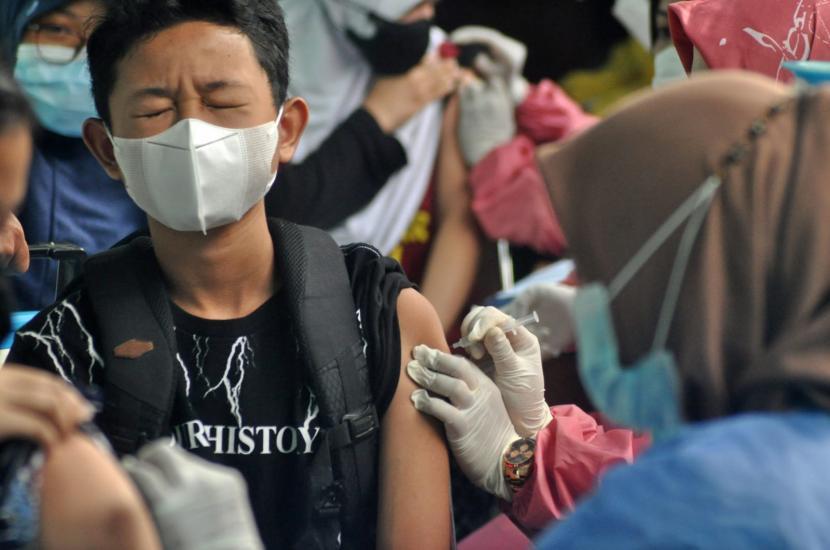 Para siswa SMAN 1 Ungaran, Kabupaten Semarang, Jawa Tengah, mendapatkan vaksinasi Covid-19 yang digelar di Sentra Vaksinasi SMAN 1 Ungaran, Senin (13/9). Program vaksinasi Presisi Polri kerjasama dengan TNI serta Dinkes Kabupaten semarang ini digelar sebagai akselerasi percepatan vaksinasi Covid-19 sasaran pelajar di daerah tersebut.