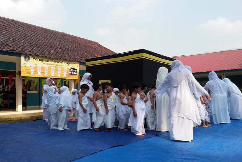 Para siswa TK Bina Insani Bogor mengikuti peragaan manasik haji yang digelar di Sekolah Bina Insani Bogor, Jawa Barat, Jumat (16/10).