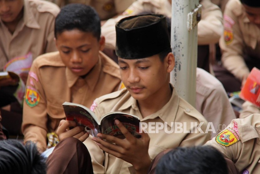Para siswa yang ada di MTSN Karangampel membaca buku.