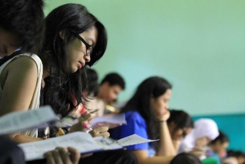 Para SMA di Jakarta mengikuti ujian yang dihelat salah satu bimbingan belajar.