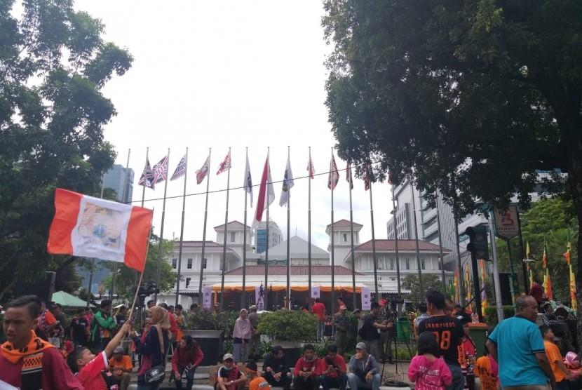 Para suporter Persija atau The Jakmania telah berkumpul di depan Balai Kota DKI Jakarta meski rombongan pawai belum tiba, Sabtu (15/12).