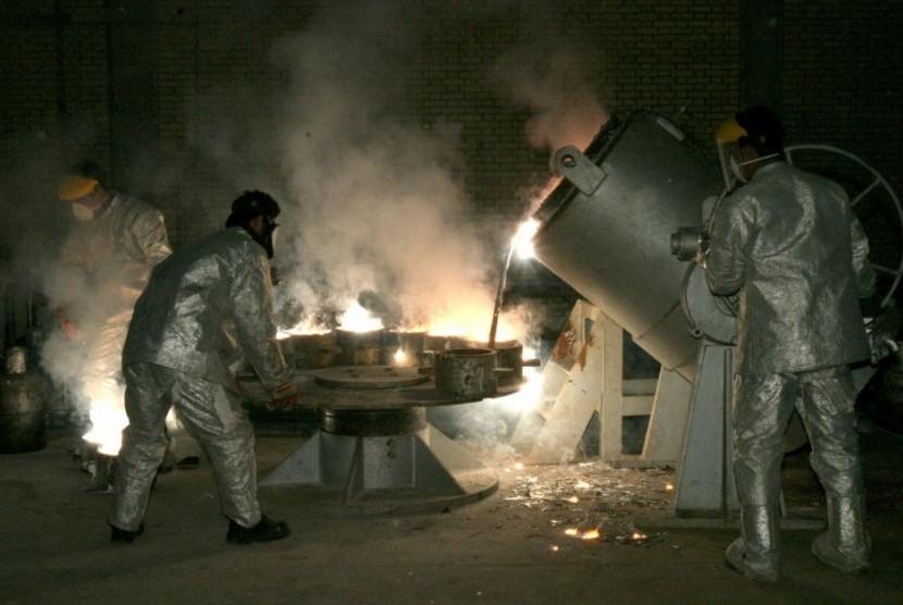 Para teknisi sedang bekerja di pusat pemrosesan uranium di Iran.