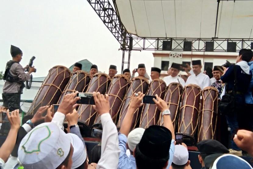 Para tokoh membuka Konggres Umat Islam Sumatra Utara di Medan (30/3). Pembukaan acara di tandai dengan pemukulan Gondang 9.